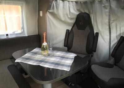 Drehstühle und Tisch in Wohnmobil